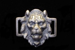 Cabeza de león con dos anillas